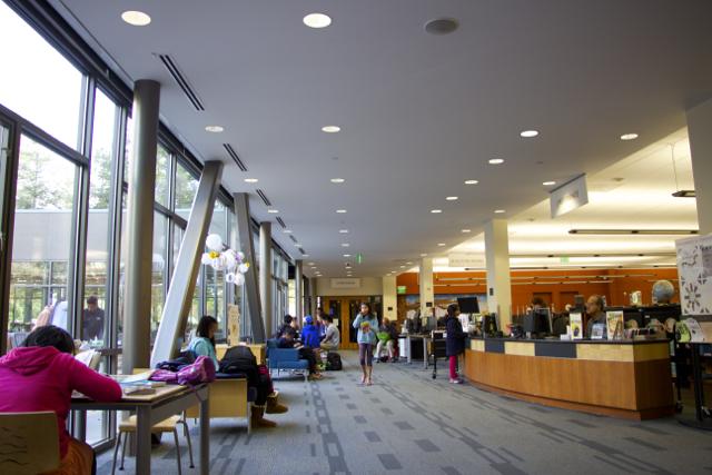 Внутри американских библиотек светло, уютно и просторно