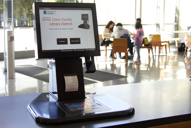 Чтобы взять книгу на дом, необходимо другое устройство (на фото ниже). Это электронный библиотекарь.
