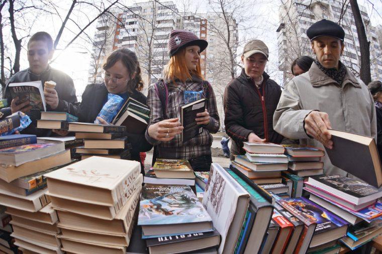Книжные развалы - хороший способ найти нужную книгу, но покупать ее дешевле через интернет. Фото: Антон Буценко/ТАСС