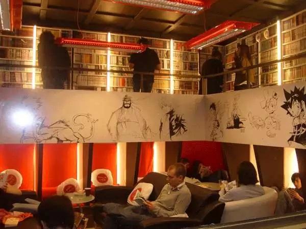 Креативный дизайн книжного магазина в Париже