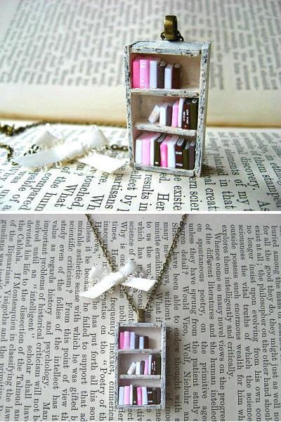 Bookshelf Necklace - кулон-'книжный шкаф' от Cory Cuthbertson