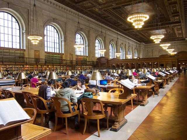 В Нью-Йоркской Публичной библиотеке всегда многолюдно. Она открывается в 10 утра, а к полудню в читальных залах уже нет свободных мест Flikr.com / Scott Beale