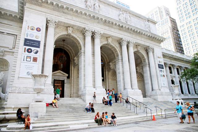 Публичная библиотека — не просто историческое здание в центре города, но и возможность пообщаться с книгами, которые уже давно нельзя купить. shutterstock.com / ValeStock