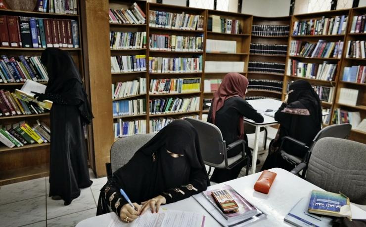В некоторых частях света половине женского населения не хватает базовых навыков чтения и письма.