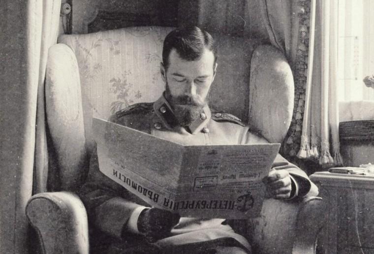 Николай II читает «Петербургские ведомости» в лиловом будуаре Александровского дворца в Царском Селе