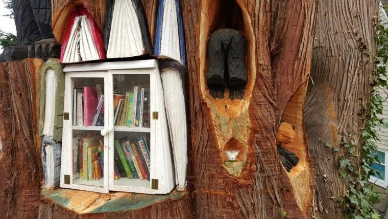 Дверки от старого серванта защищают библиотеку от невзгод плохой погоды