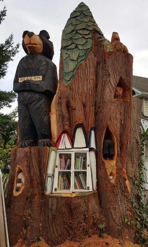 Библиотека в кедровом пеньке. Вид спереди