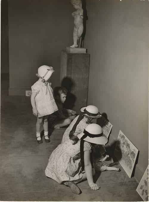 André Kertész, Art Gallery, 1938.