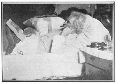Марк Твен в своей кровати