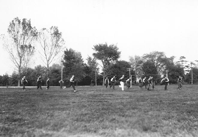 Студенты играют в футбол. США, 1921 год