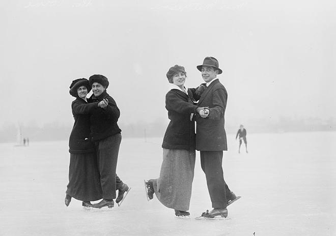 Танцующие пары на катке. США, 1910-е годы
