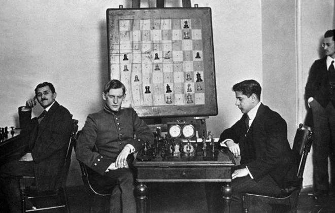 Хосе Рауль Капабланка и Александр Алехин за шахматной партией. Санкт-Петербург, 1914 год