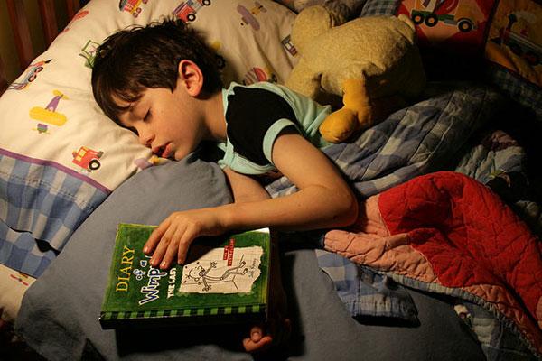 Исследование: мальчики, которые читали в детстве больше книг, зарабатывают больше денег
