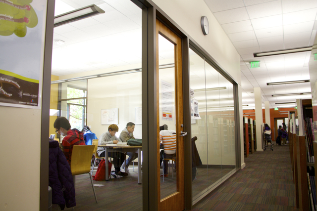 Предусмотрены также зоны для работы за письменным столом