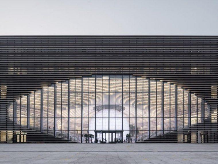 Кроме того, волнообразные книжные полки и выложенный слоями потолок придают необычной библиотеке футуристического вида, который дополняется гигантским иллюзорным глазом, который лучше всего заметен, когда находишься снаружи строения.
